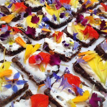 Eetbare bloemen op roggebrood